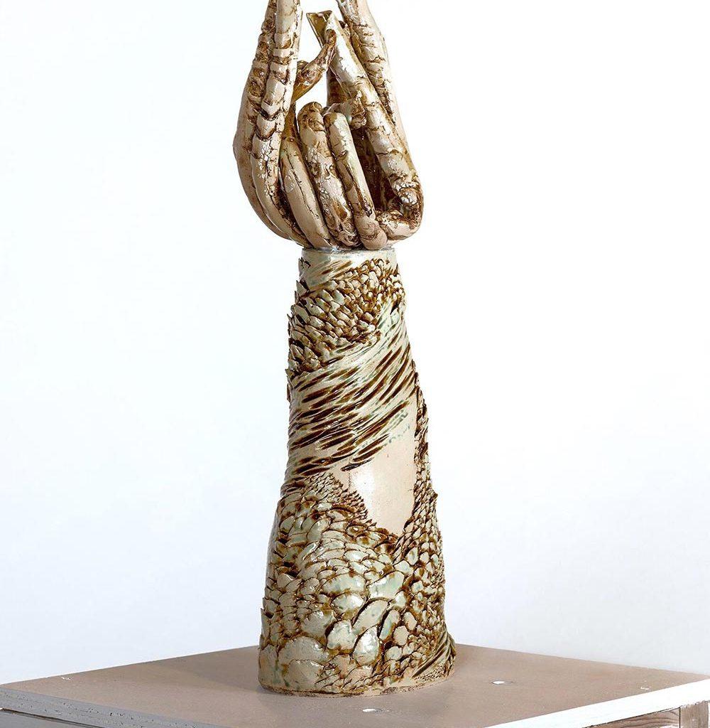 Skulptur i lera av Elvira Roslund för utställningen skulpturala former i balans