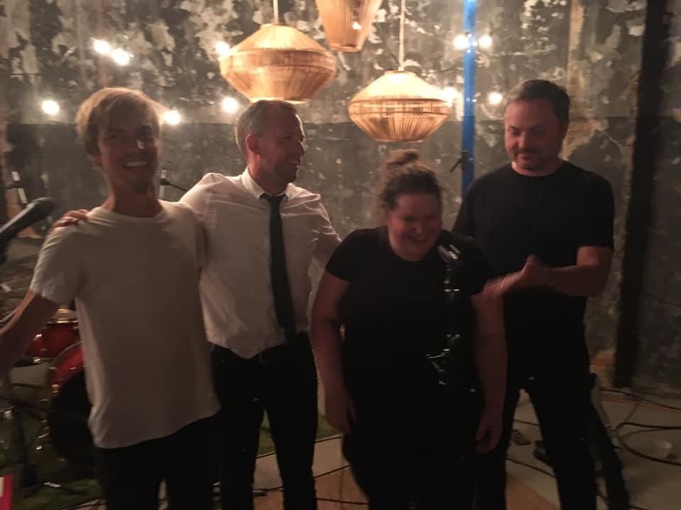 Bandet Malins orkester tackar för en bra spelning, Fredrik Kihlström, Rasmus Pettersson, Malin Ekhult och Philip Holm