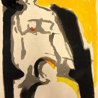 En abstrakt målning i beige, gul och grått. Två personer